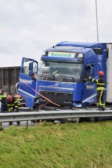 Chauffeur gewond nadat truck door middenberm A58 schiet: weg tot in de middag deels dicht