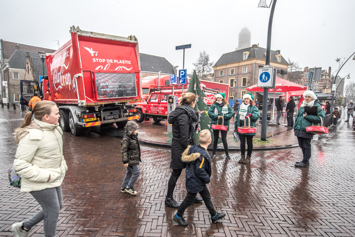 De protesttruck van Greenpeace  bij Winterwonderland in Zwolle.