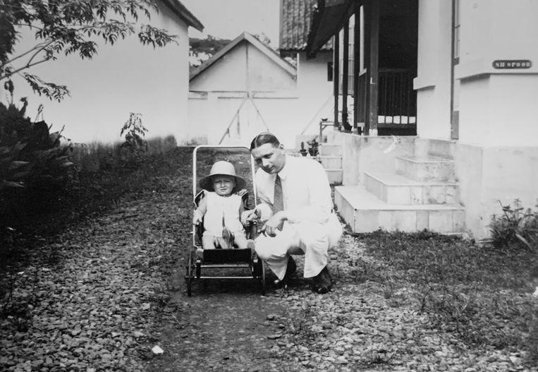 Generaal Simon Hendrik Spoor met zijn zoontje André Simon Spoor, Bandoeng 1932. Beeld Suzanne Liem