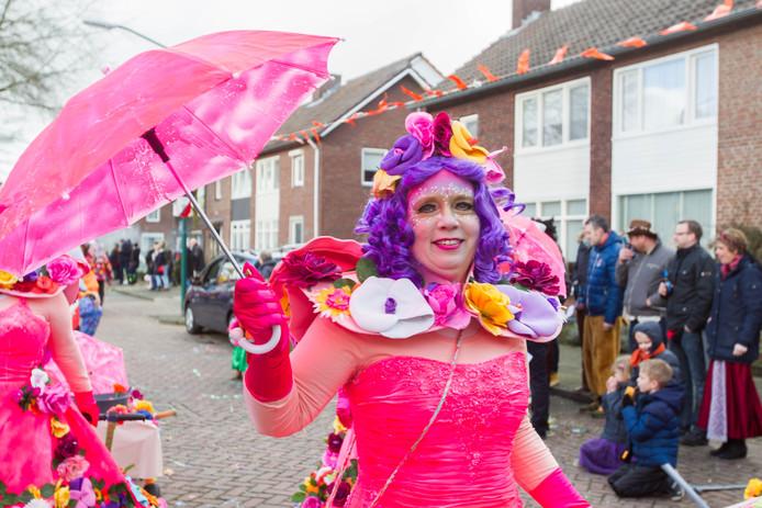 Een deelnemer aan de carnavalsoptocht in Beek en Donk van dit jaar. Als het aan de Teugelders ligt, wordt er in de toekomst meer carnaval buiten gevierd.