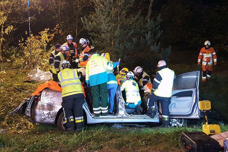De hulpdiensten hadden hun handen vol om de bestuurder uit de auto te bevrijden.