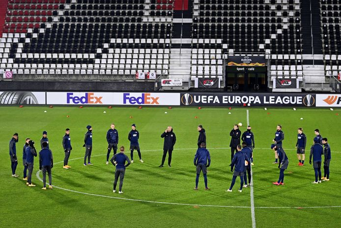 epa08841685 Players from AZ Alkmaar during practice on the eve of the UEFA Europa League match against Real Sociedad at the AFAS stadium on November 25, 2020 in Alkmaar, The Netherlands.  EPA/OLAF KRAAK