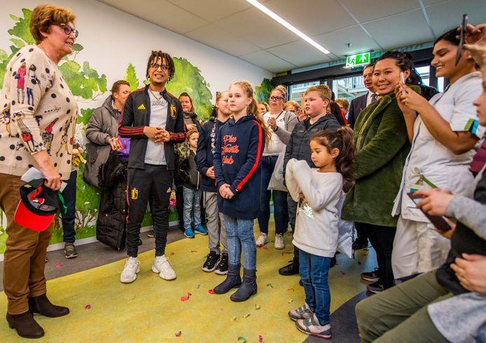 Kinderen kunnen leren aan de hand van de muziek van Ronnie Flex, hier bij de opening van de nieuwe kinderafdeling in het IJsselland Ziekenhuis.