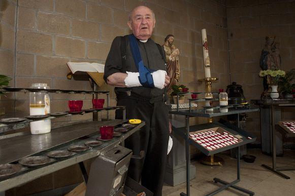Pastoor Jozef Poels liep zelf een gebroken hand op, toen hij de kerkdief in juli vorig jaar een stevige mep verkocht.