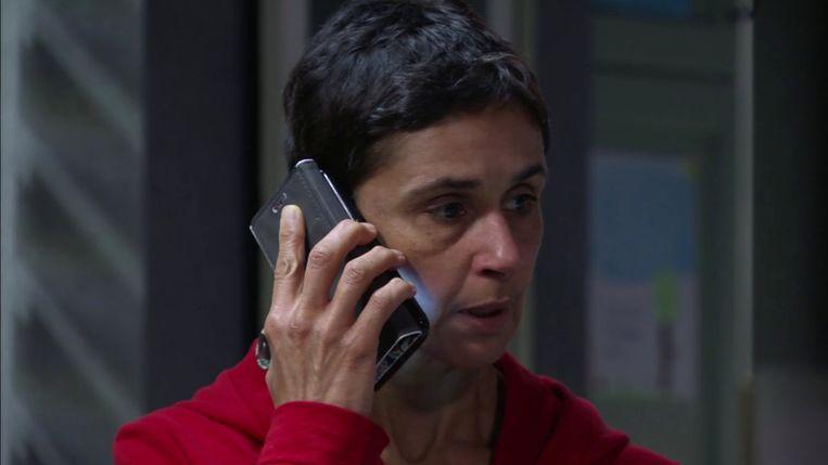 Mayra krijgt in 'Thuis' te horen dat haar biologische dochter overleden is.