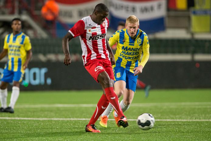 Roel van de Sande met de sterke Dominique Kivuvu van FC Oss.