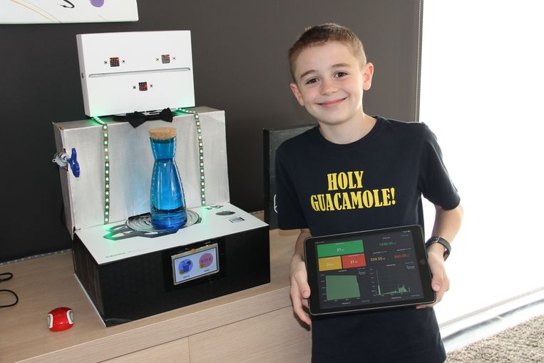 Mauro Druwel bij zijn zelf ontworpen drinkrobot Amigo. Hij kreeg voor zijn ontwerpen de Jeugdtrofee op het Gala van Ingelmunster.