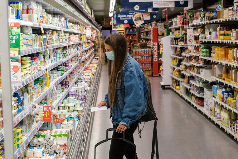 Verplicht of niet: heel wat shoppers in Deinze bedekken neus en mond sowieso in de supermarkt.