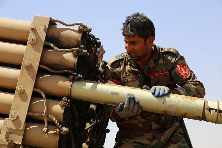 Een Koerdische militair laadt een raket tijdens de strijd met IS. Beeld getty