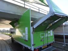 Vrachtwagen klem onder viaduct in Rijpwetering