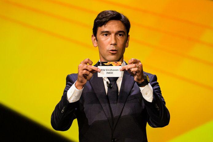 Paulo Ferreira toont het kaartje van PSV bij de loting.