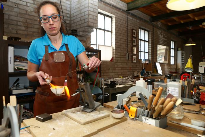 Edelsmid Chantal Smits aan het werk in haar atelier in Woudrichem.