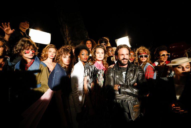 Ronald van der Kemp te midden van modellen in zijn creaties tijdens Amsterdam Fashion Week. Beeld RVDK