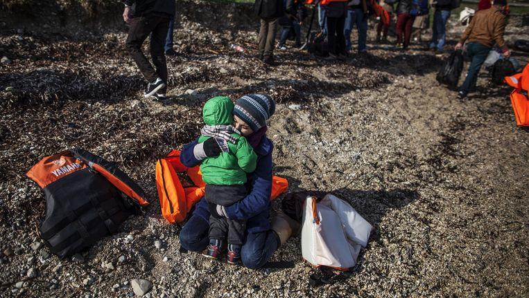 Vluchtelingen arriveren na hun boottocht op Lesbos. Beeld null