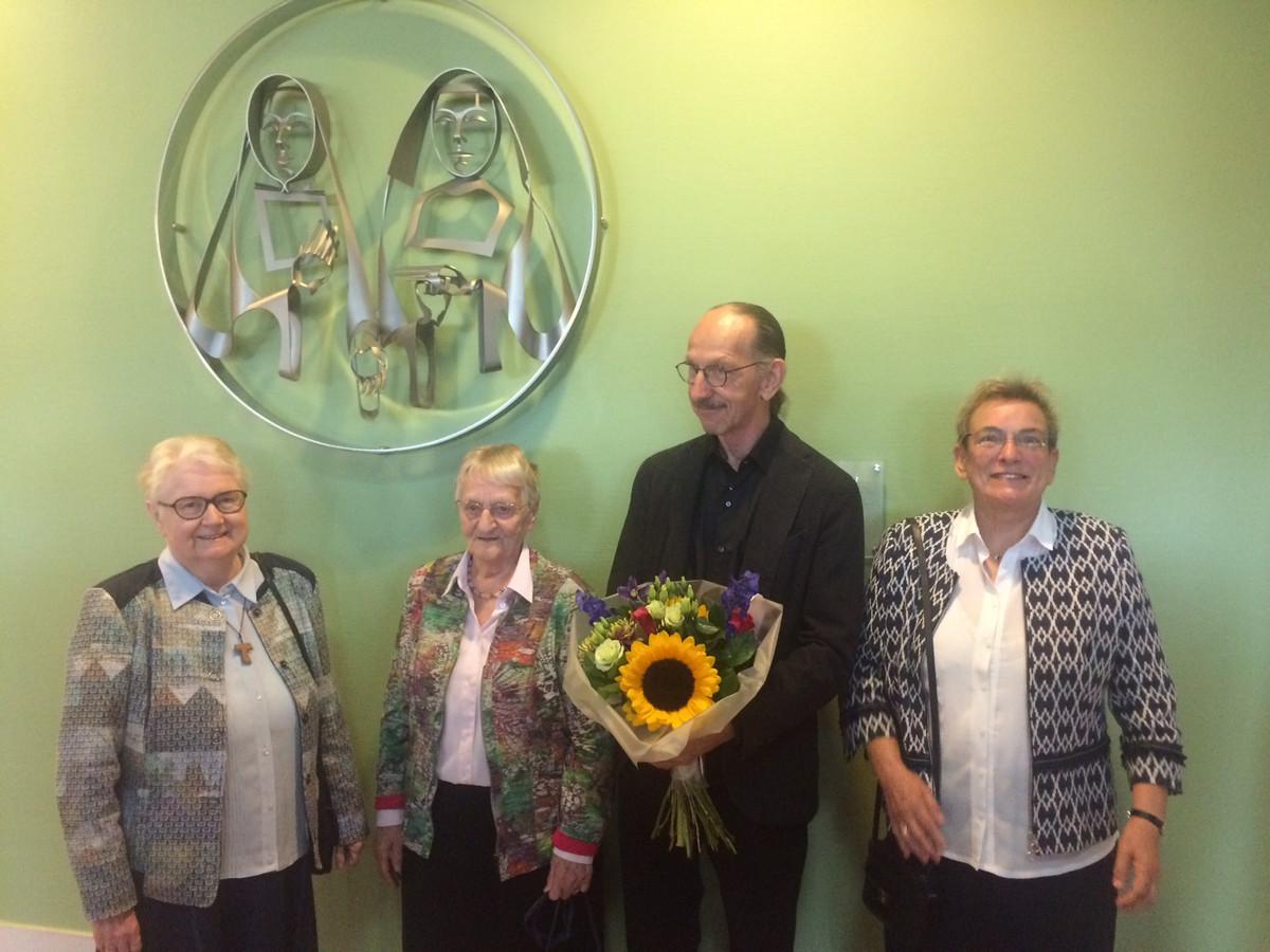 De drie Veghelse zusters met kunstenaar Martien Hendriks bij het kunstwerk in Bernhoven. Het rechtse habijt in het kunstwerk is van de Franciscanessen.