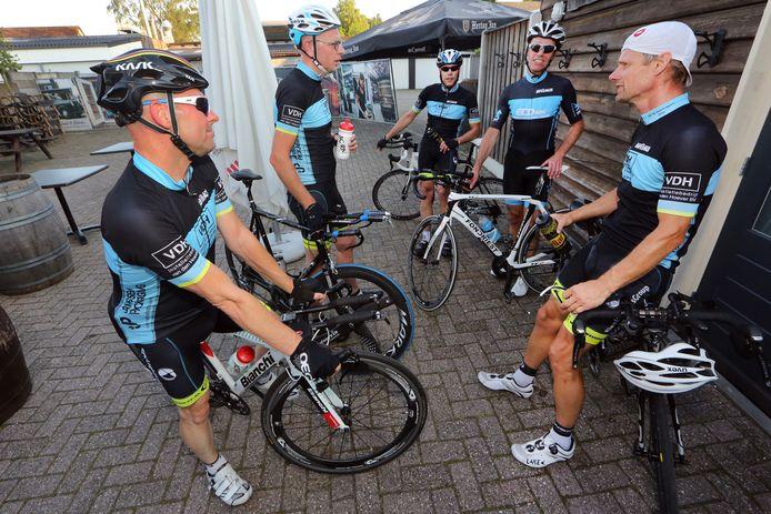 De mannen van het Gilzer wielercomité toen ze nog samen mochten fietsen. Tweede van rechts Bas Cornelissen.