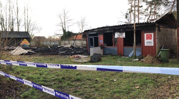 De chirolokalen in Aarschot gingen volledig in vlammen op.