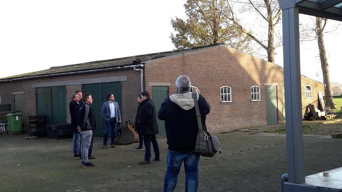 Een groep politici en bestuurders bezocht vorige week een aantal boerderijen. Ook die van de familie Voeten die de oude boerderij in Oud Gastel moderniseerde. Op de foto een van de bijgebouwen.