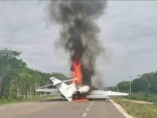 Vliegtuig drugssmokkelaars landt op Mexicaanse snelweg en gaat in vlammen op