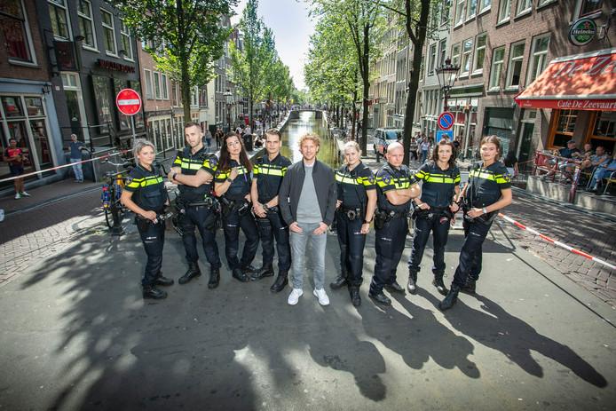 Een foto van 'Bureau Burgwallen' met presentator Ewout Genemans in het midden.
