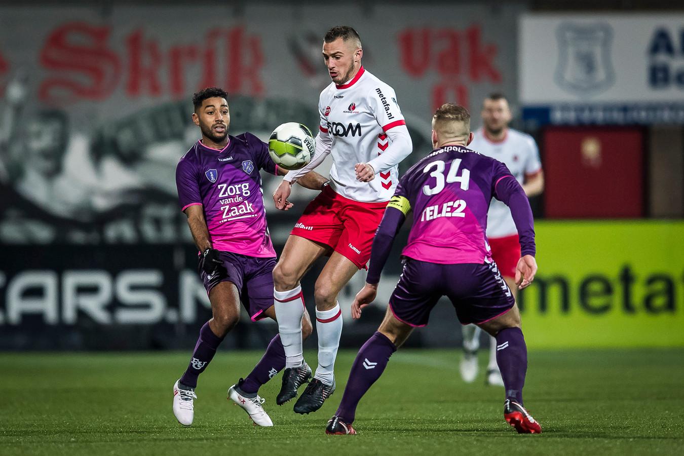 Anouar Kali (links) deed vanavond mee met Jong FC Utrecht in het duel met Helmond Sport.