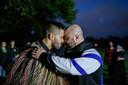 Een Maori en een moslim wisselen bij de Al Noor-moskee in Christchurch een 'hongi' uit, een traditionele Maori-groet, waarbij de voorhoofden en neuzen elkaar kort raken.