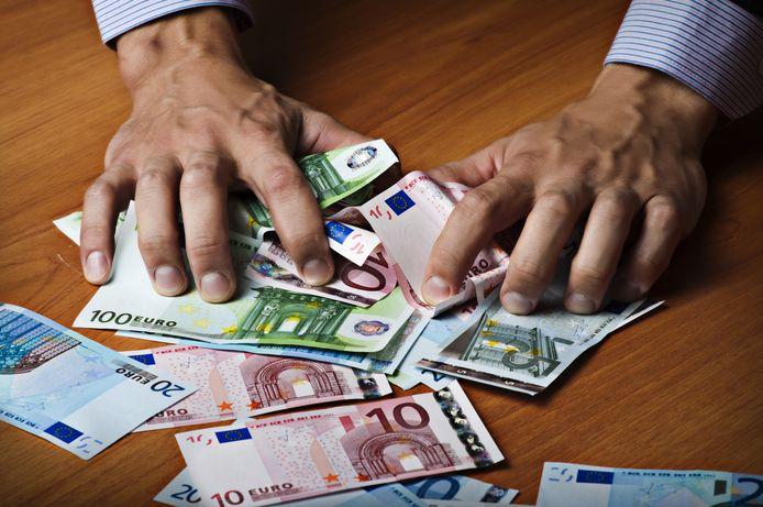 Klanten van 't Twentse Kozijnen Huis in Almelo werd regelmatig gevraagd om betalingen te storten op de privé bankrekeningen van beide directeuren.