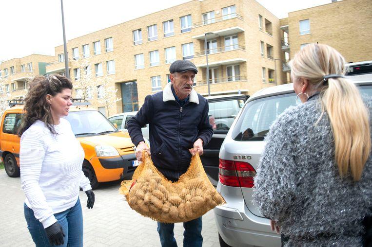De woonwagenbewoners van Deurne schenken voedsel aan de voedselbank