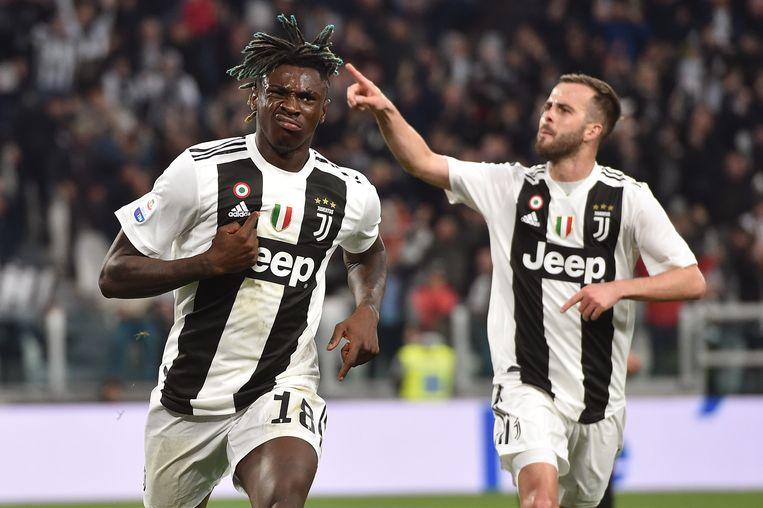 Moise Kean (l) viert het tweede doelpunt tegen AC Milan. Beeld Getty Images