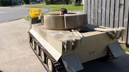 Man zet afval buiten met militaire tank