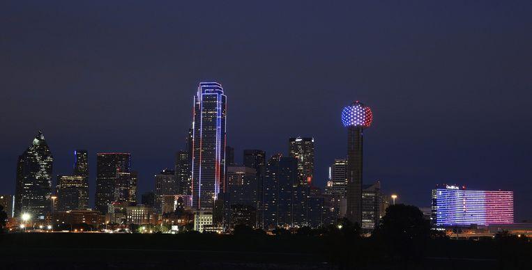 De skyline van Dallas, Texas, kleurt blauw-wit-rood Beeld anp