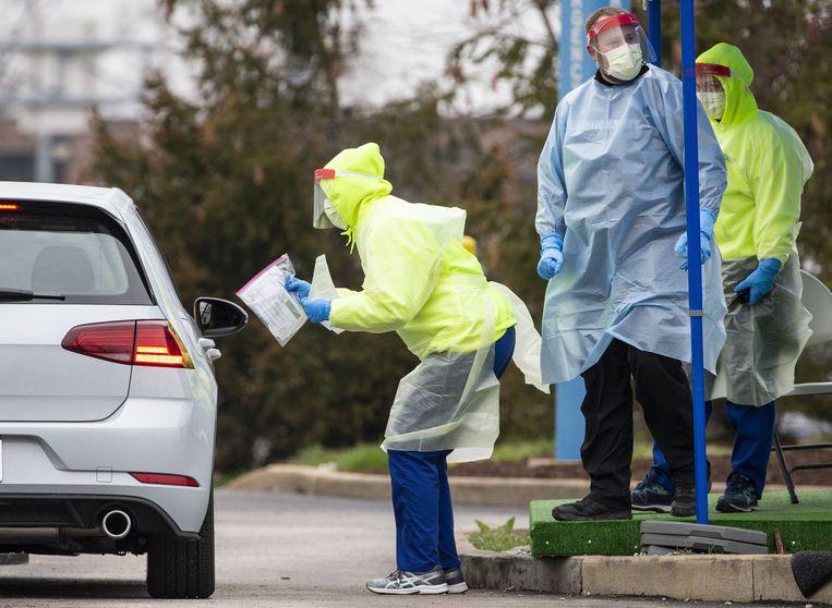 Gezondheidsmedewerkers in Missouri controleren mensen die zich aanmelden voor een coronatest.
