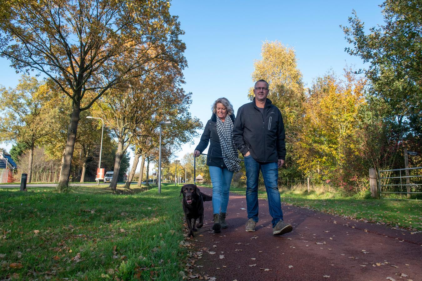 Jos en Anita van Hulsen laten hun hond uit. Het kan maar zo zijn dat ze over een jaartje geen hondenbelasting meer betalen.