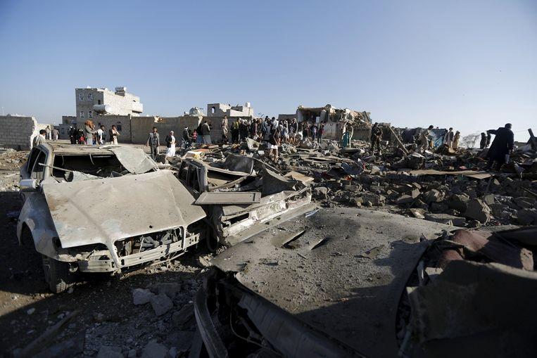 Het resultaat van luchtaanvallen nabij het vliegveld in Sanaa. Beeld reuters