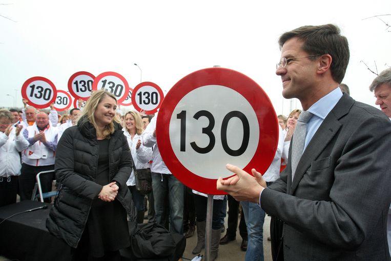 Premier Mark Rutte en toenmalig minister van Verkeer Melanie Schultz van Haegen bij de introductie van de 130 kilometer, tevens de aftrap van de VVD-verkiezingscampagne voor de provincialestatenverkiezingen in Beesd. Beeld Hollandse Hoogte