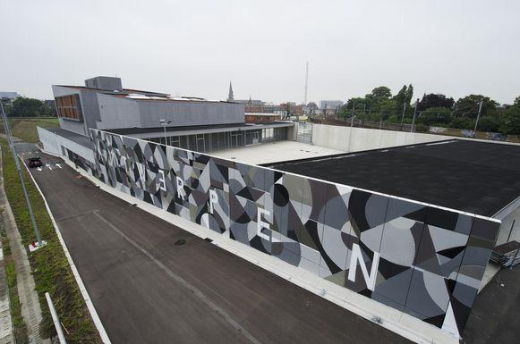 De abstracte figuren in het gigantische kunstwerk van Locateli strekken zich uit over een oppervlakte van 500 vierkante meter.
