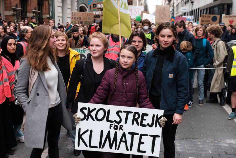 Greta Thunberg in Antwerpen, geflankeerd door Kyra Gantois en Anuna De Wever.