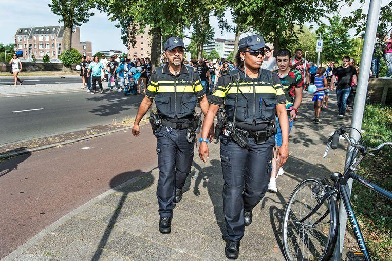 Agenten met een migratie-achtergrond op straat in Den Haag. Beeld Guus Dubbelman / De Volkskrant