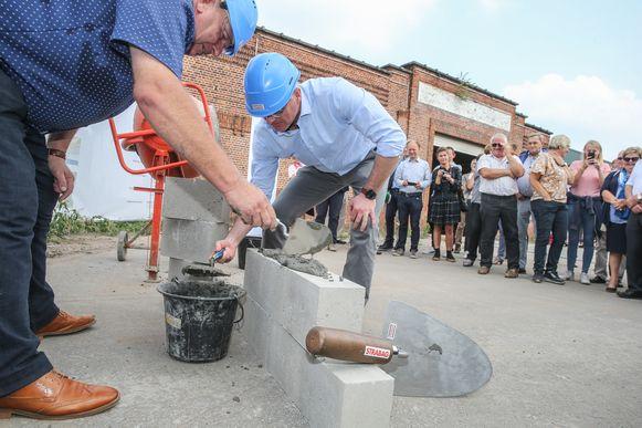 Schepen Hervé Stevens en burgemeester Yves Deswaene leggen de eerste steen voor het nieuwe Uyttenhove.