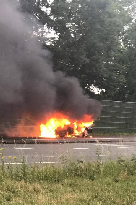 Auto brandt helemaal uit bij oprit naar A16