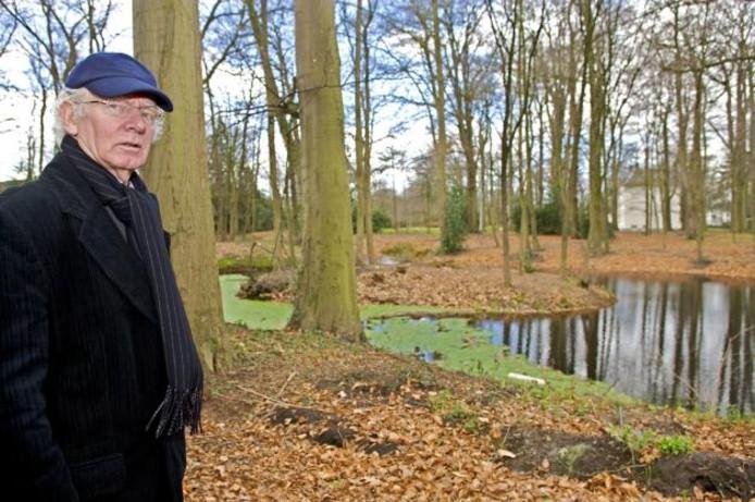 Jacob Jonker op de hoek Keiweg-Ridderstraat in Oosterhout. Achter hem het eilandje waar ooit Slotje Spijtenburg stond.