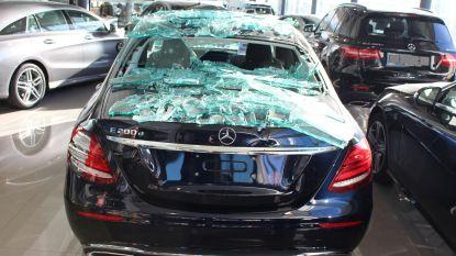 Vitrine spat uit elkaar: Mercedes bedolven onder glas
