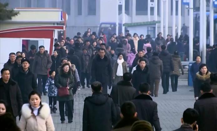 Straatbeeld uit de hoofdstad Pyongyang. Wat opvalt is dat bijna niemand een mondkapje draagt. Ze zijn niet voorhanden, of onbetaalbaar, aldus insiders.