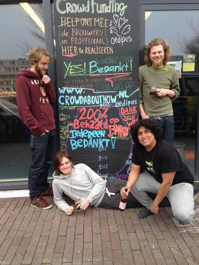 De vriendengroep toen (maart 2014) en nu. Boven: Alex Mager, Sander Nederveen (staand), Paul Brouwer en Rick Nelson (onder).