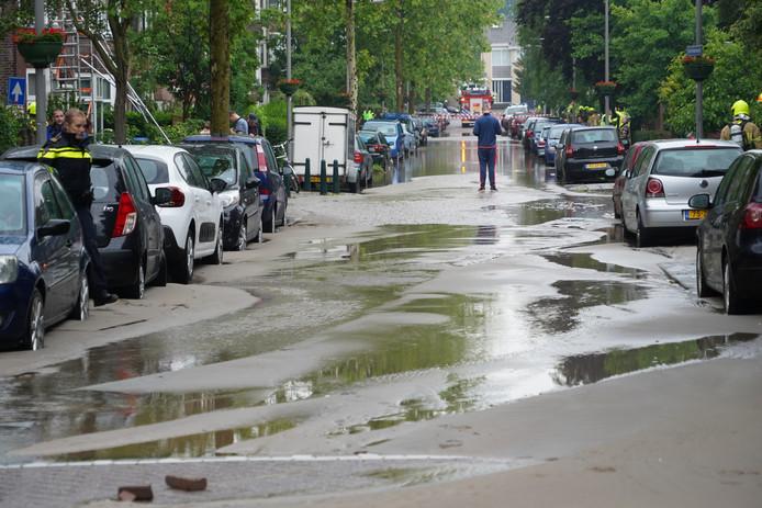 Grote wateroverlast als gevolg van leidingbreuk aan de Schielaan.