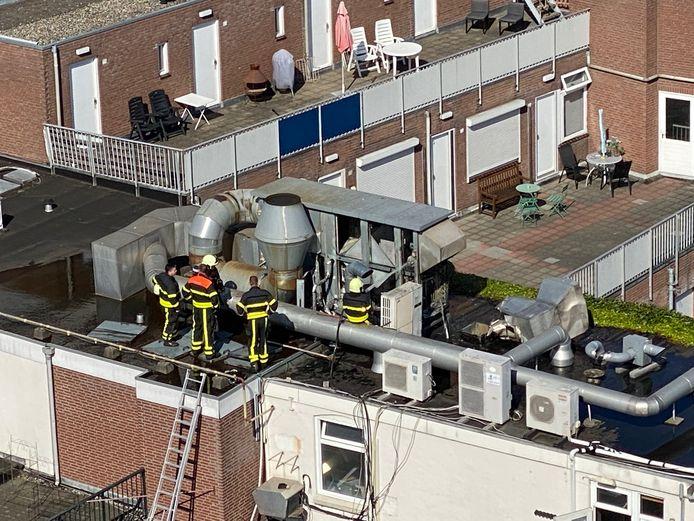 Brandweer inspecteert de gebluste afzuiginstallatie van de Ribsfactory in Tilburg.