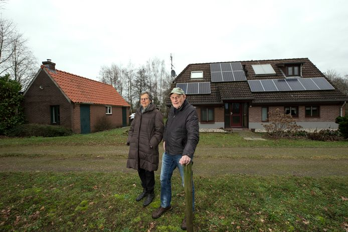 Henk en Willy Houwers voor hun woonboerderij op de grens van Doetinchem en Zelhem. Foto: Theo Kock