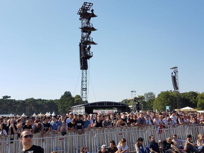 Wie vooraan wil staan bij Eminem moet in de drukte en de hete zon wachten.