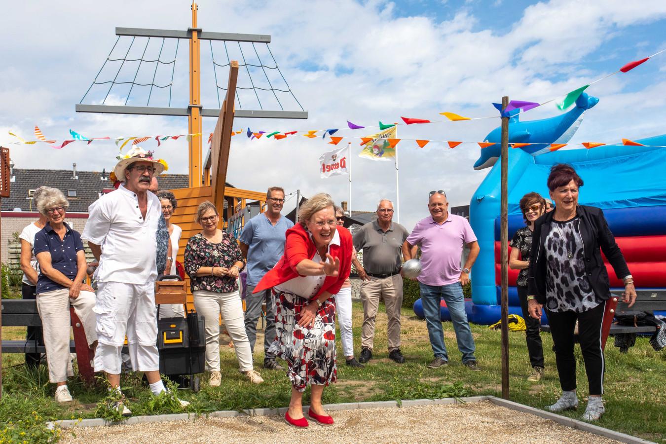 burgemeester Detty Lemmers en initiatiefnemer Marcel Vis openen de nieuwe jeu de boulesbanen in Kamperland; Kamperland; 2019;