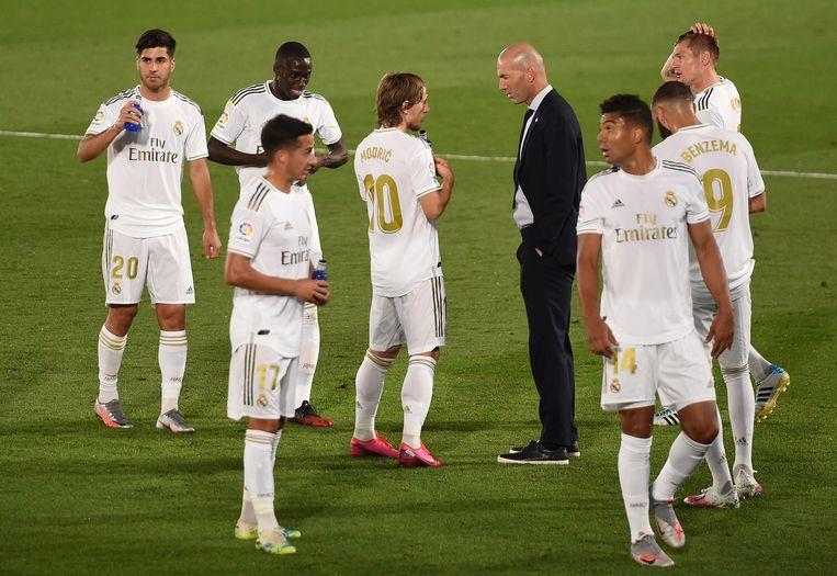 Zidane spreekt de spelers van Read Madrid toe tijdens de wedstrijd tegen Deportivo Alavés. Beeld Getty Images